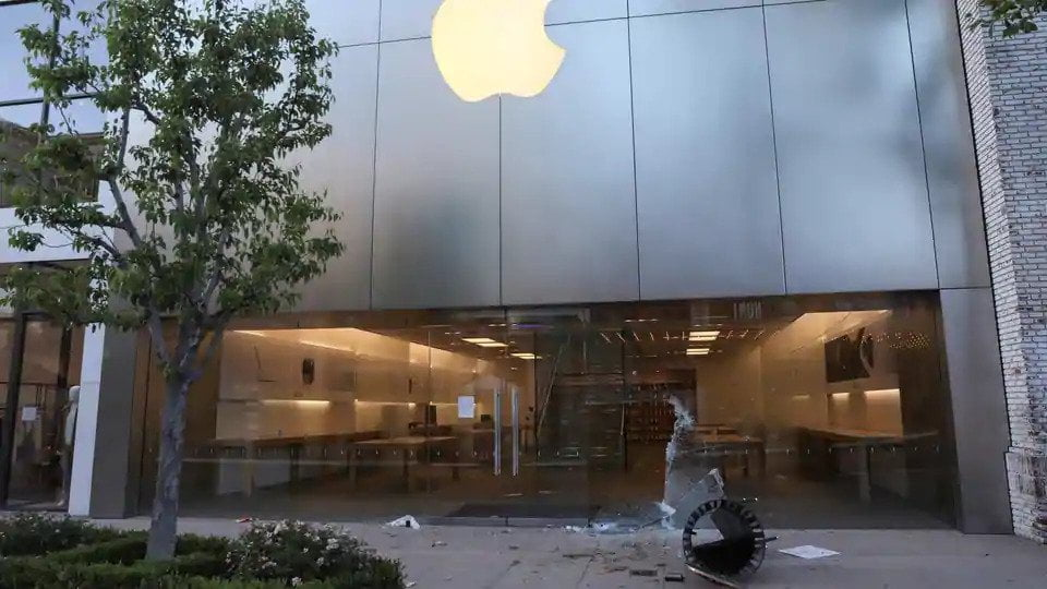 Apple's store vandalized